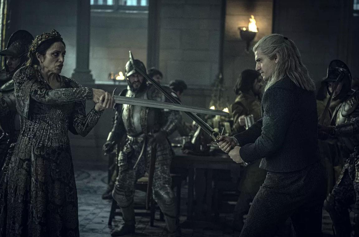 Henry Cavill in una scena di combattimento di The Witcher