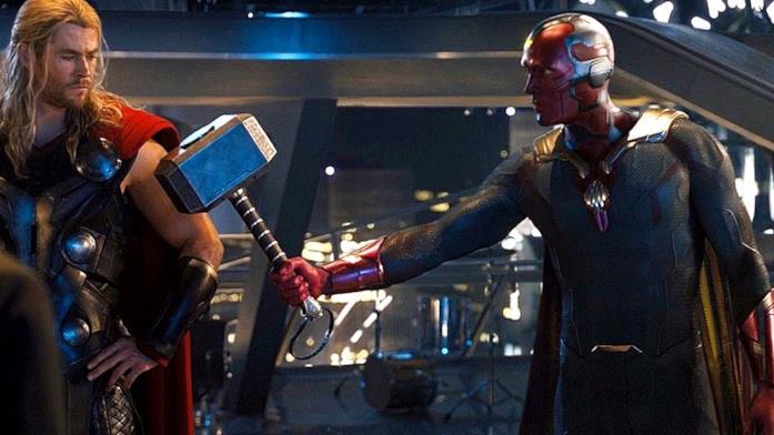 Visione solleva il martello di Thor in una scena di Age of Ultron