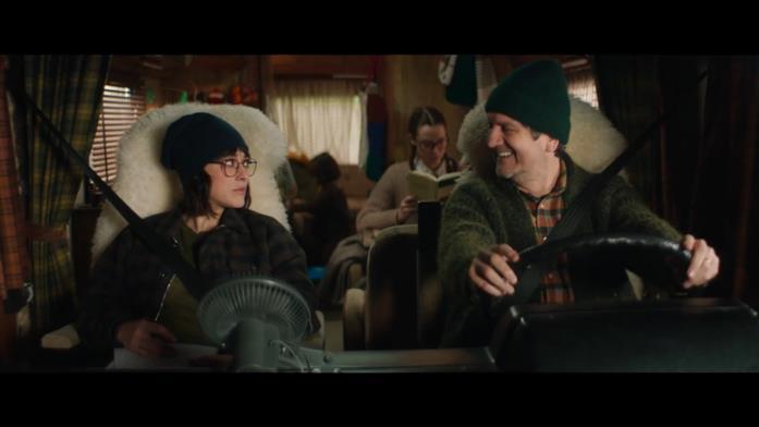 Carlo guida un vecchio camper, mentre Giulia si trova nel lato passeggero