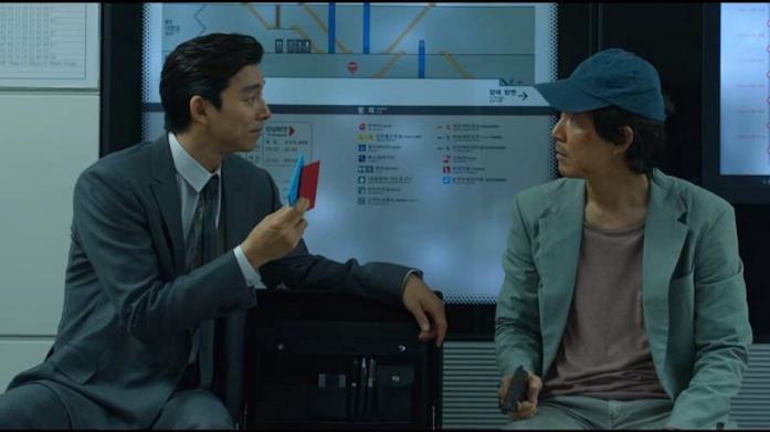 Seong Gi-hun insieme a un uomo con un vestito elegante