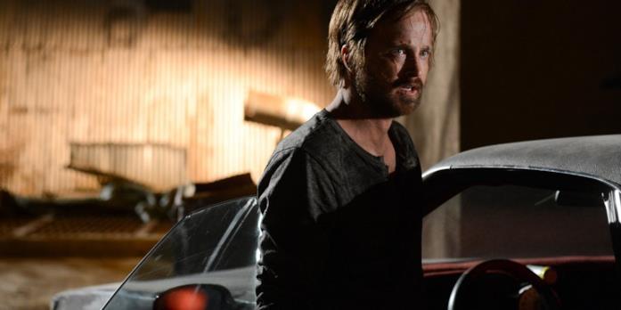 Aaron Paul accanto all'auto 'El Camino', in una scena del film