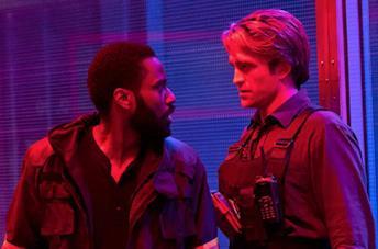 John David Washington e Robert Pattison in una scena del film
