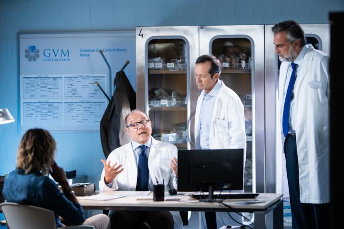 Carlo Verdone parla con la sua equipe in una scena di Si vive una volta sola