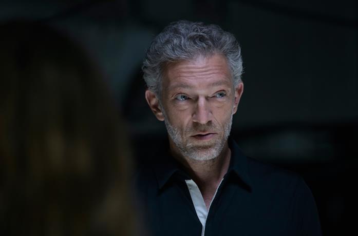 Primo piano dell'attore Vincent Cassel in una scena di Westworld