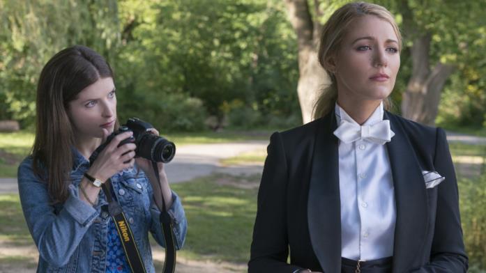 Stephanie prova a fotografare Emily al parco