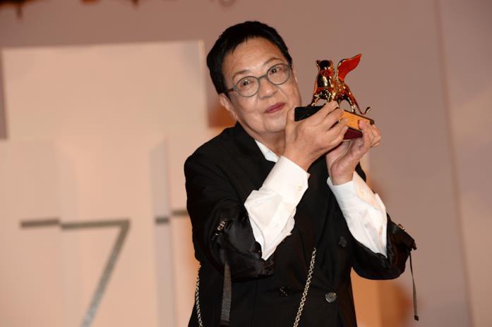 Ann Hui regge il Leone d'Oro