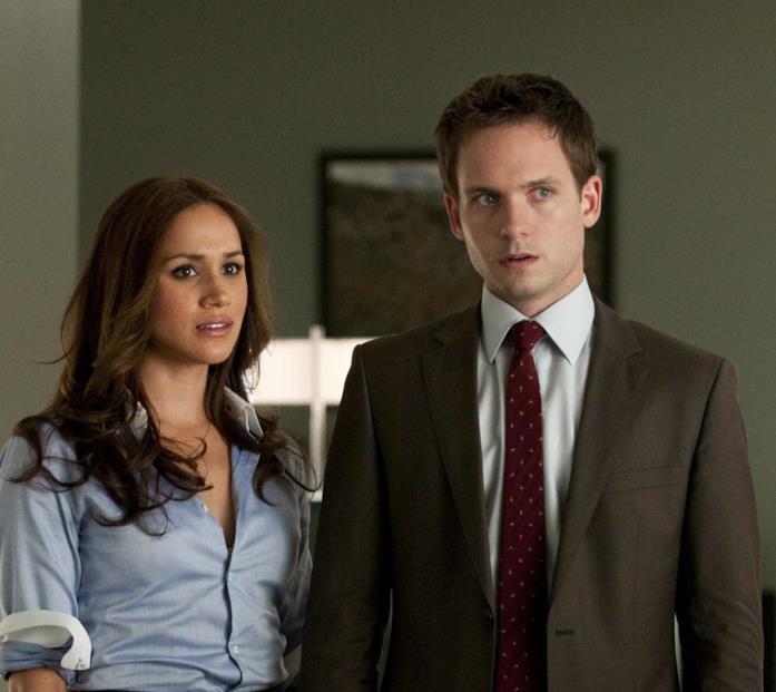 Meghan Markle (Rachel Zane) e Patrick J. Adams (Mike Ross) in una scena di Suits