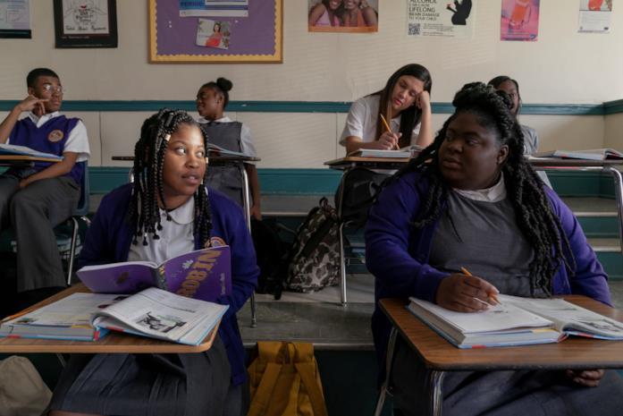 Robin a scuola parla con un'amica
