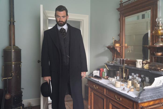 Stuart Martin in una scena della serie Miss Scarlet and the Duke