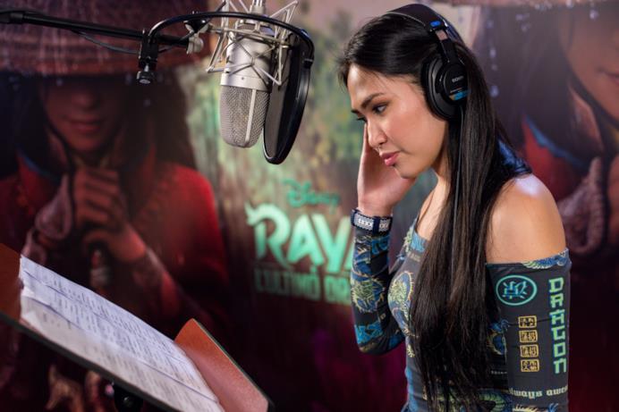 Camille Cabaltera in studio di registrazione