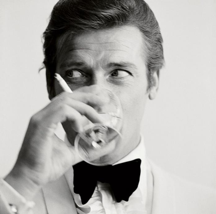 Roger Moore in uno scatto da 007