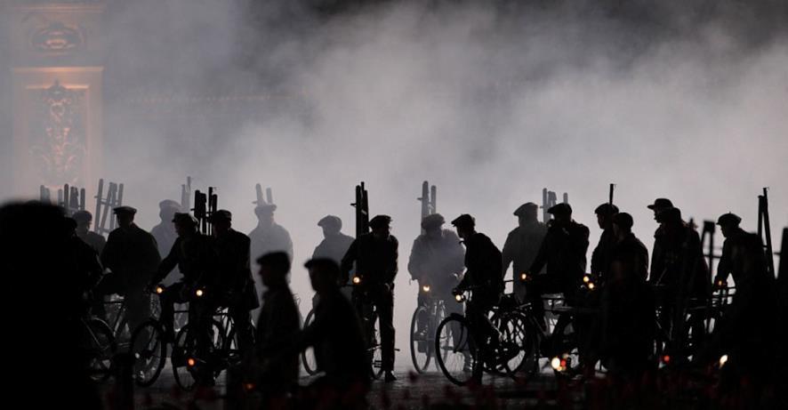 Una schiera di biciclette sul set di Mary Poppins