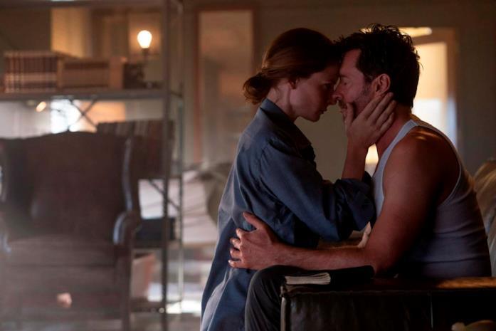 Mae e Nick abbracciati