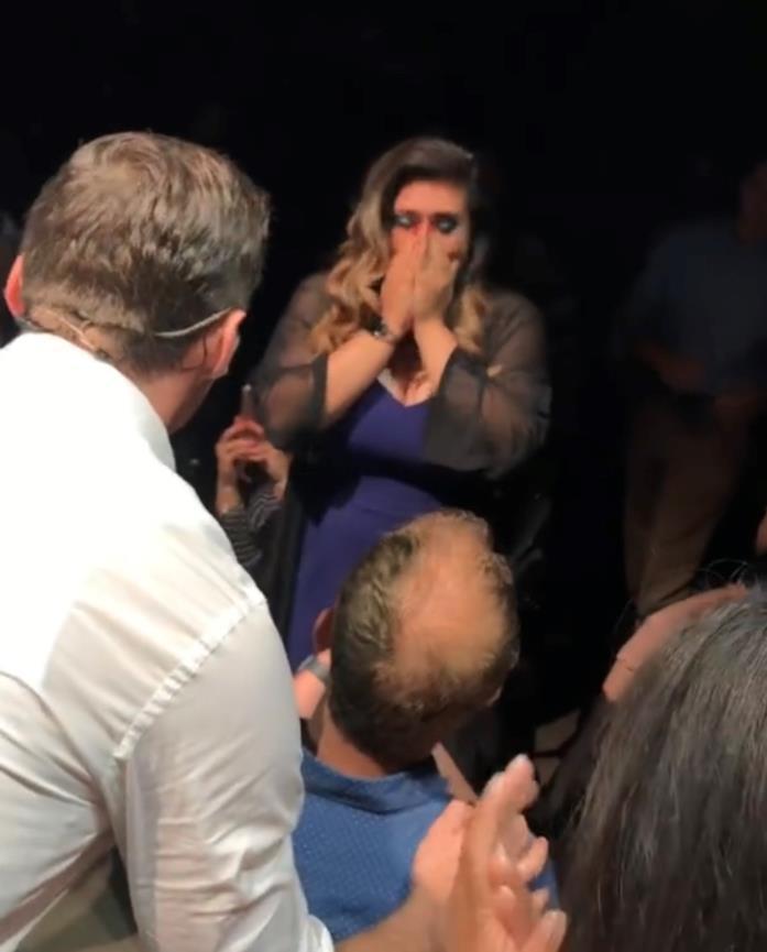 La proposta di matrimonio di Joe durante lo show di Hugh Jackman