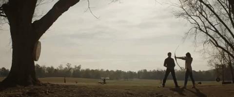 Clint Barton insegna alla figlia a tirare con l'arco in una scena di Avengers: Endgame