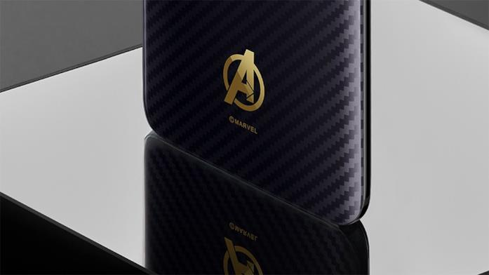 Dettagli della scocca e del logo Avengers sul modello Box set del modello OnePlus 6 - Marvel Avengers Limited Edition