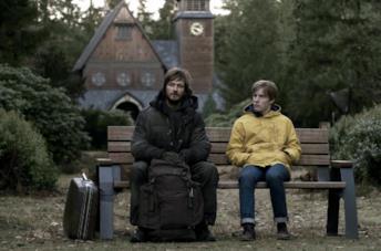 Andreas Pietschmann e Louis Hofmann in una scena dal quinto episodio della prima stagione di Dark