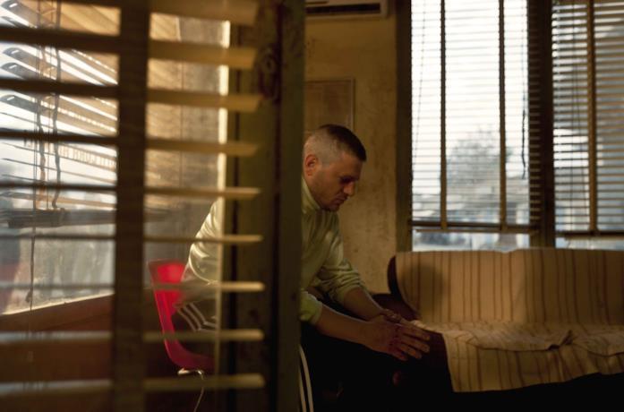 Edoardo Pesce in una scena del film Dogman