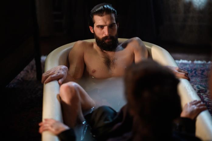 Freud nudo nella vasca da bagno osserva Fleur vestita e immersa nell'acqua