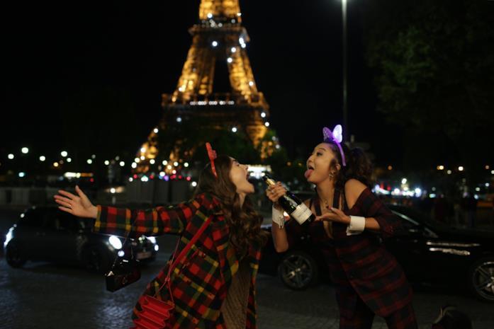 Emily e Mindy ubriache a Parigi