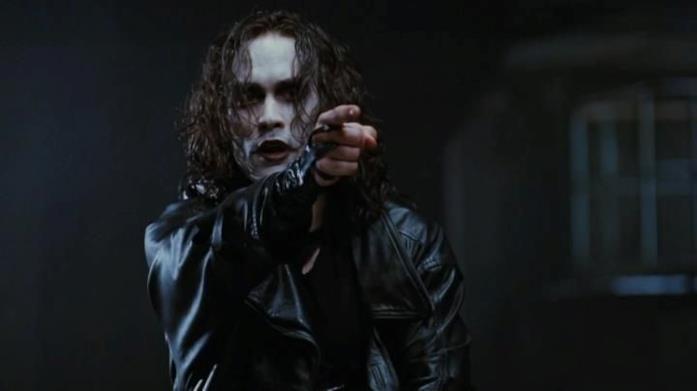 Brandon Lee nel ruolo di Eric Draven in una scena del film Il Corvo