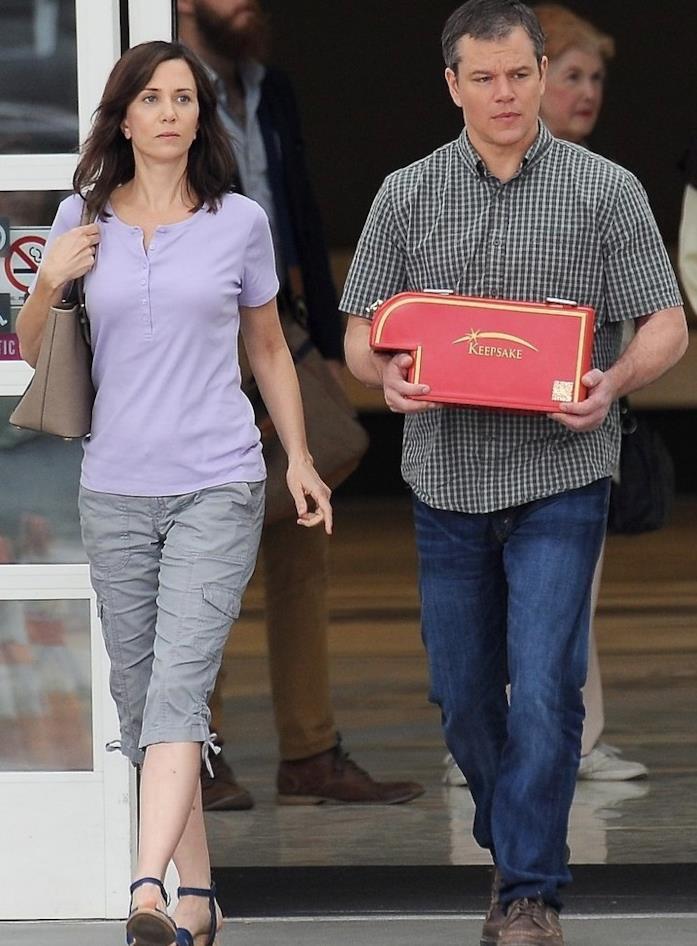 Kristen Wiig e Matt Damon camminano fianco a fianco in Dowsizing