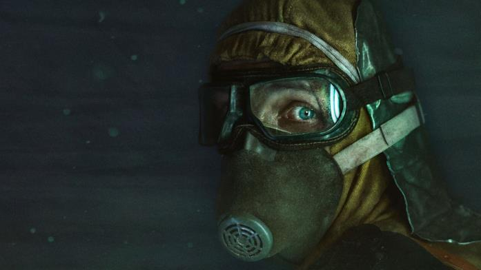 Primo piano di volto con tuta igienica, mascherina e occhialini in Chernobyl