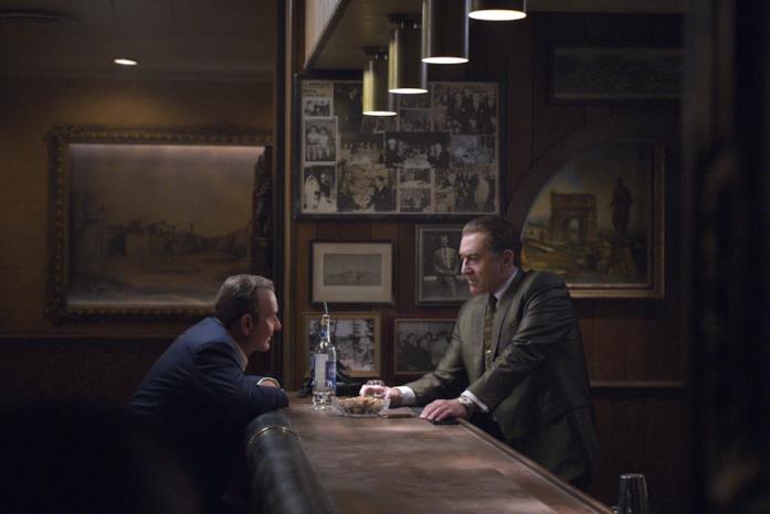 Joe Pesci seduto al bancone di un bar di fronte a Robert De Niro (in piedi)