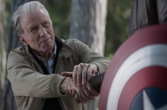 Steve Rogers consegna lo scudo a Falcon in Avengers: Endgame