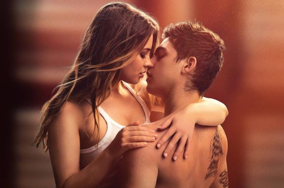 Hardin e Tessa si scambiano un bacio
