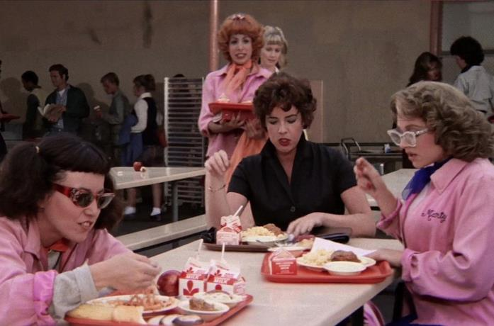 Una scena dal film Grease con le Pink Ladies