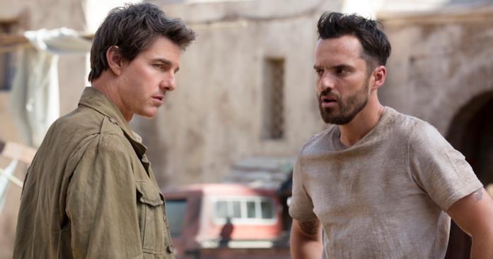 Tom Cruise e Jake Johnson in una scena del film