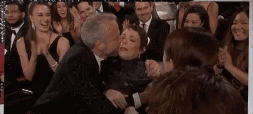 Emma Stone abbraccia Olivia Colman agli Oscar 2019