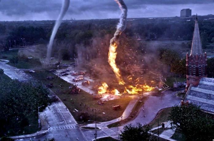Una scena del film Into The Storm col tornado di fuoco