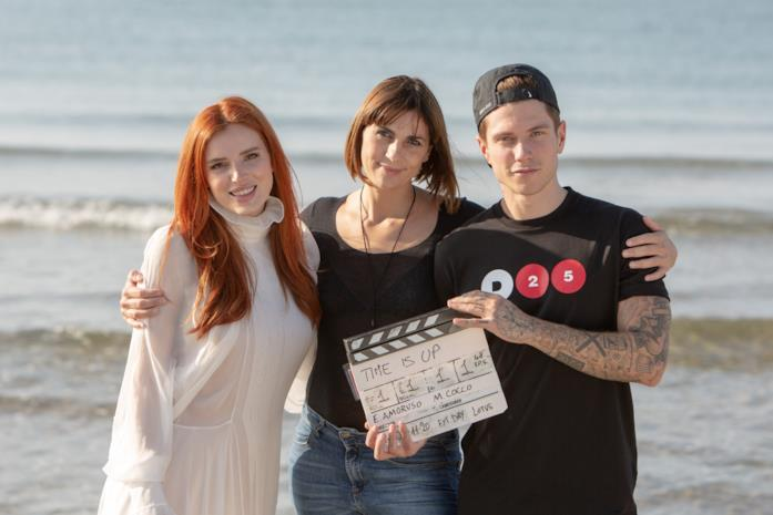 Bella Thorne, la regista Elisa Amoruso e Benjamin Mascolo sul set di Time is Up