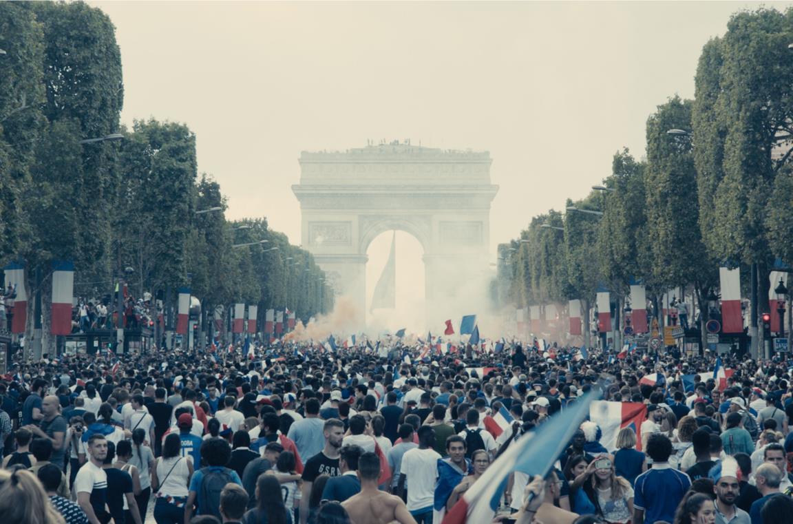 La folla parigina festeggia la vittoria ai mondiali