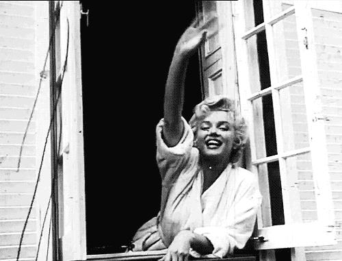 Marilyn Monroe saluta dalla finestra