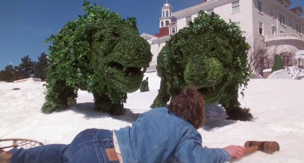 """Le siepi a forma di animali si animano e attaccano Jack Torrance fuori dall'hotel (""""Stephen King's The Shining"""")"""