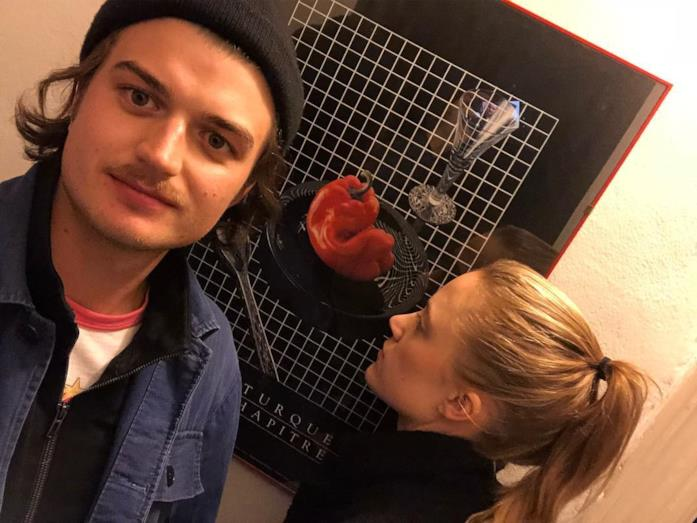 Joe Keery con la fidanzata davanti a un quadro
