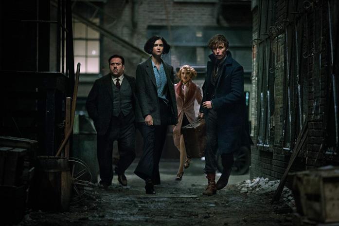 Il magizoologo Newt Scamander con Tina, Jacob e Queenie