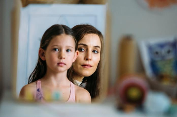 Lizzie (Noomi Rapace) e la piccola Lola in Angel of Mine
