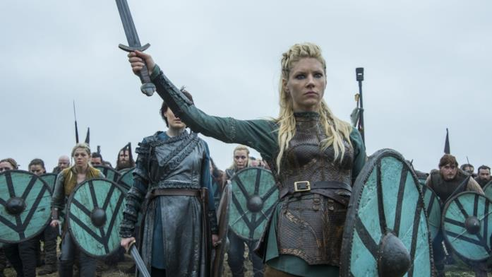 Katheryn Winnick in battaglia in una scena di Vikings