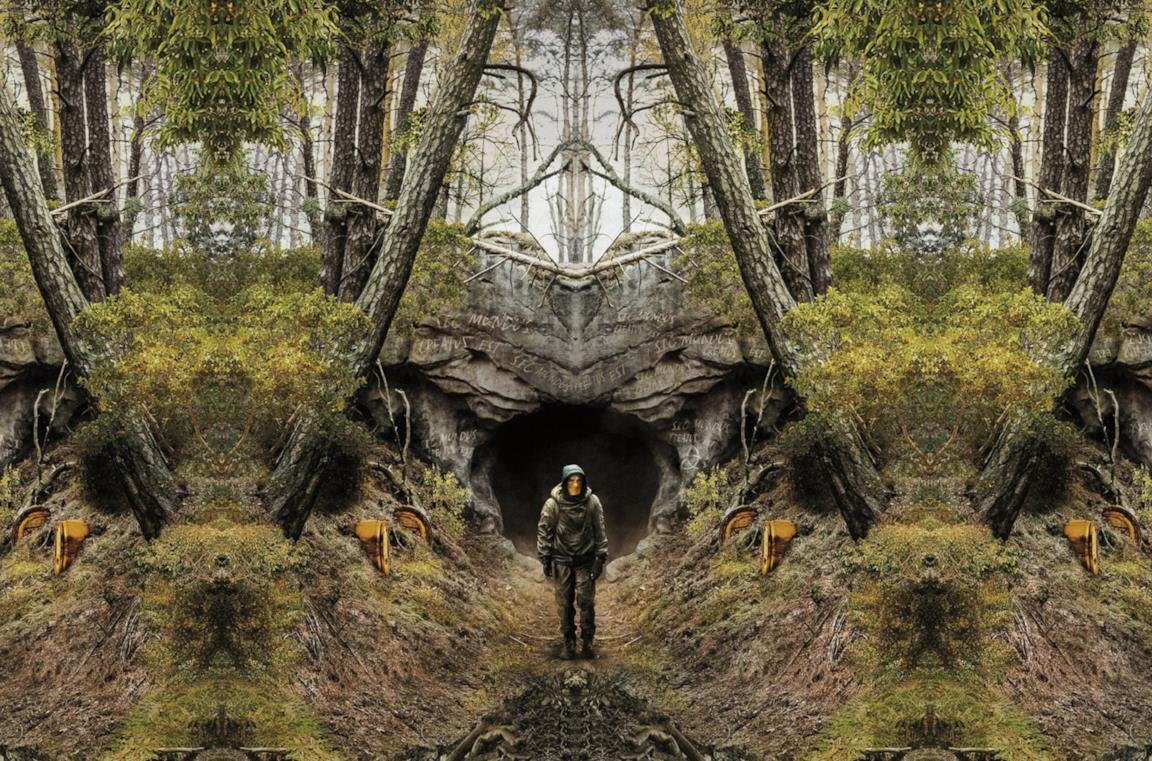 Jonas all'ingresso delle grotte di Winden in Dark