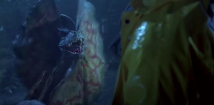 Dennis Nedry viene spruzzato con del veleno dal Dilophosaurus