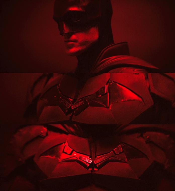 In primo piano il nuovo logo di Batman sul costume indossato da Robert Pattinson