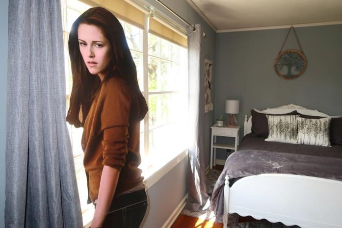 La sagoma di Bella si affaccia alla finestra