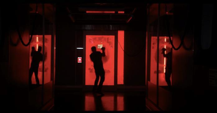 Una scena da Venom, Eddie Brock è all'interno della Life Foundation