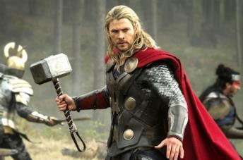 Thor con la sua arma Mjølnir
