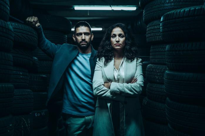Salim Kechiouche e Nabiha Akkari in una scena di Rapinatori: La serie