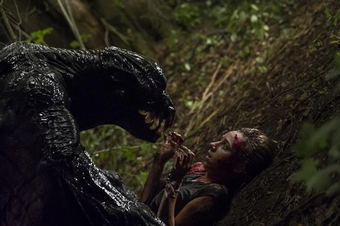 Zoe Kazan attaccata dal mostro in una scena del film The Monster